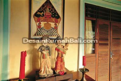 Patung-patung ukiran tradisional dan seni etnis melengkapi dekorasi