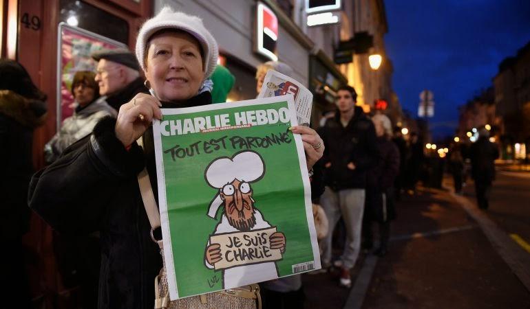 Largas filas en quioscos de paris para obtener la nueva edición de Charlie Hebdo
