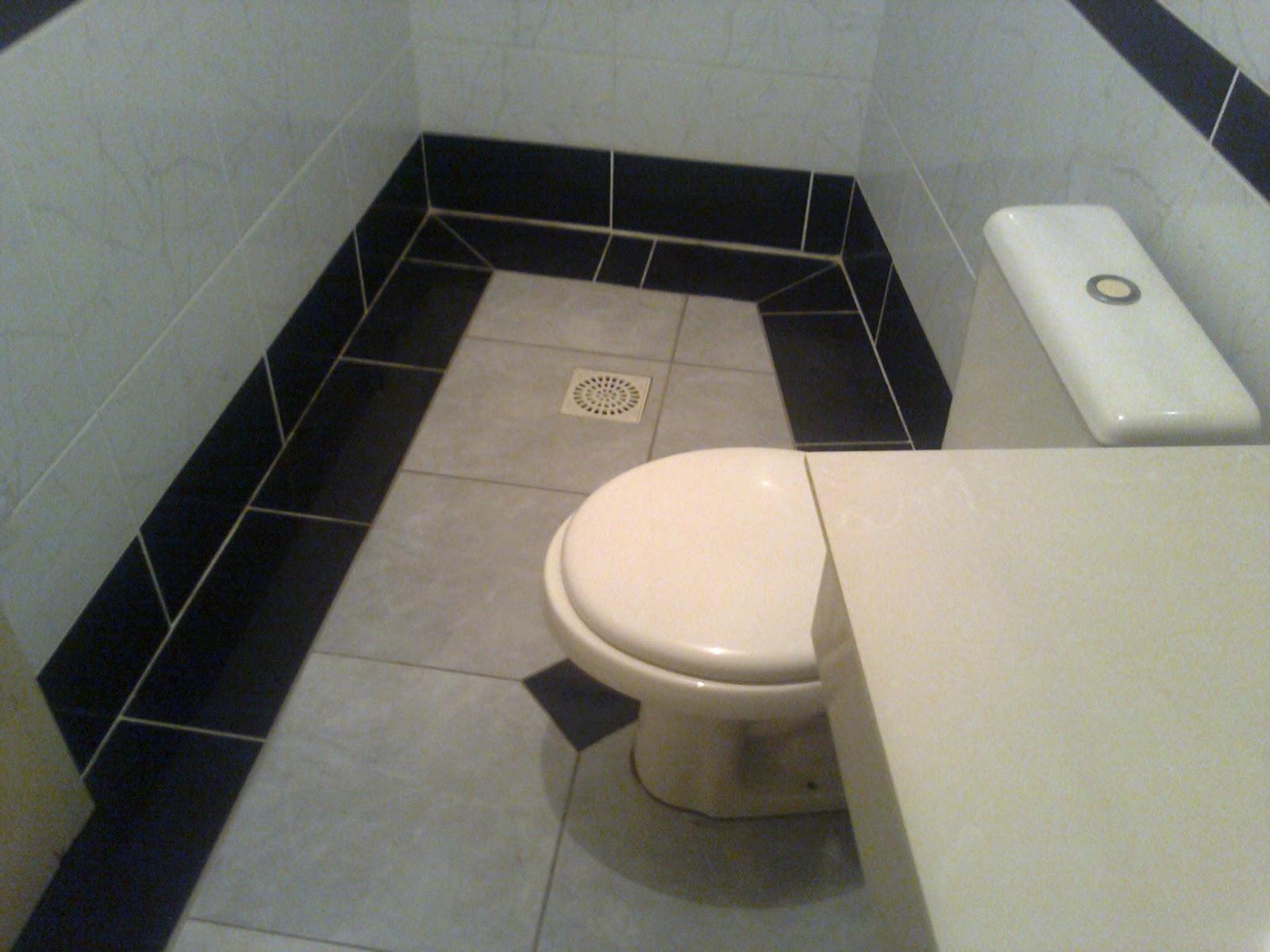 Banheiro branco e preto: paredes com piso na vertical e no meio na  #816A4A 1600x1200 Banheiro Branco Com Faixa