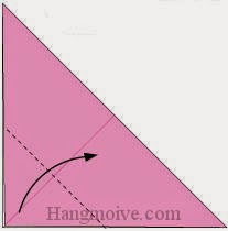 Bước 3: Gấp chéo góc lớp giấy trên cùng tờ giấy vào trong.