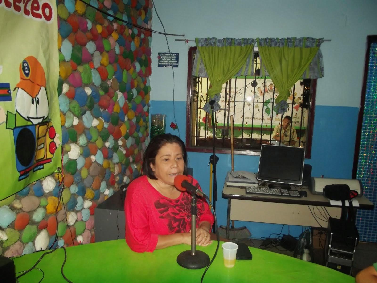 LA PROFESORA MARUBI EN FRANCA CONVERSACION CON LOS NIÑOS DE LA RADIO