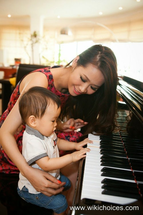 "The ""nymph"" Duong Thuy Linh and her son"