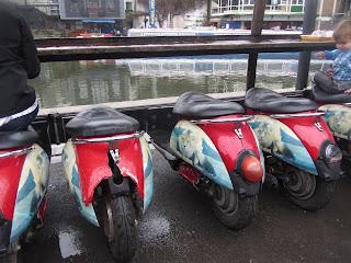 """""""Sillas-Moto"""" en el mercado de Camden Town, en las que puedes sentarte a comer al lado del Regent's Canal."""