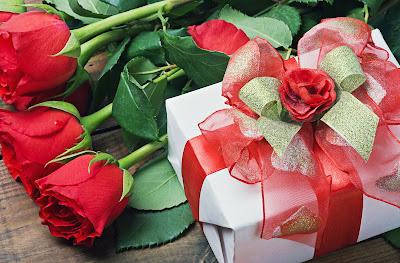 Rosas rojas y regalo son imágenes de amor