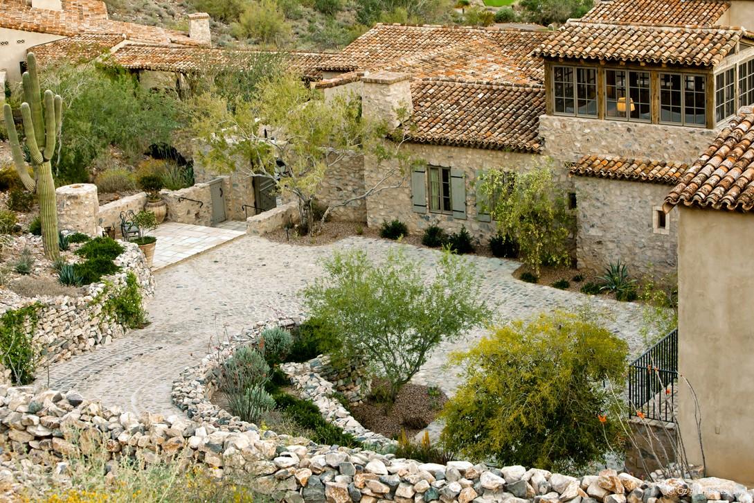 Boiserie c pietra e legno evocano il mediterraneo for Case in stile mediterraneo
