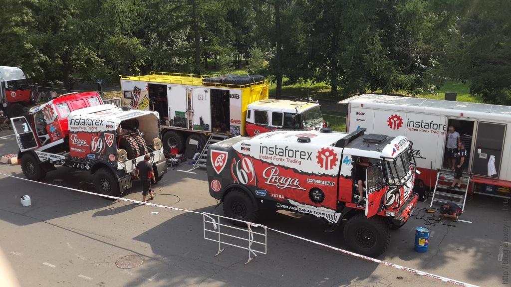 Два боевых грузовика Tatra уже разгружены