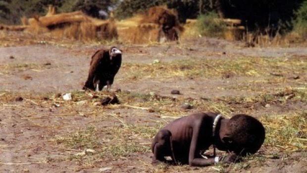 Risultati immagini per bambina denutrita avvoltoio