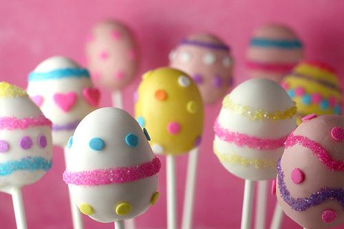 Chupetines de torta en forma de huevo de Pascua