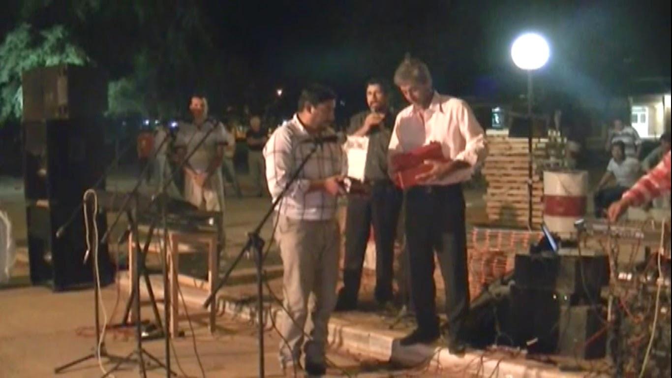 El Intendente Correa recibiendo un Presente del Director Hugles por su apoyo a la EEP N° 887 de Fuerte Esperanza