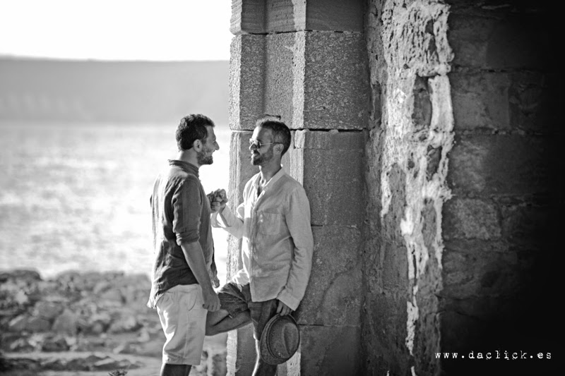 preboda gay dos chicos cogidos de la mano muro de piedra