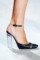 Затворени обувки с каишка и прозрачен ток Майкъл Корс