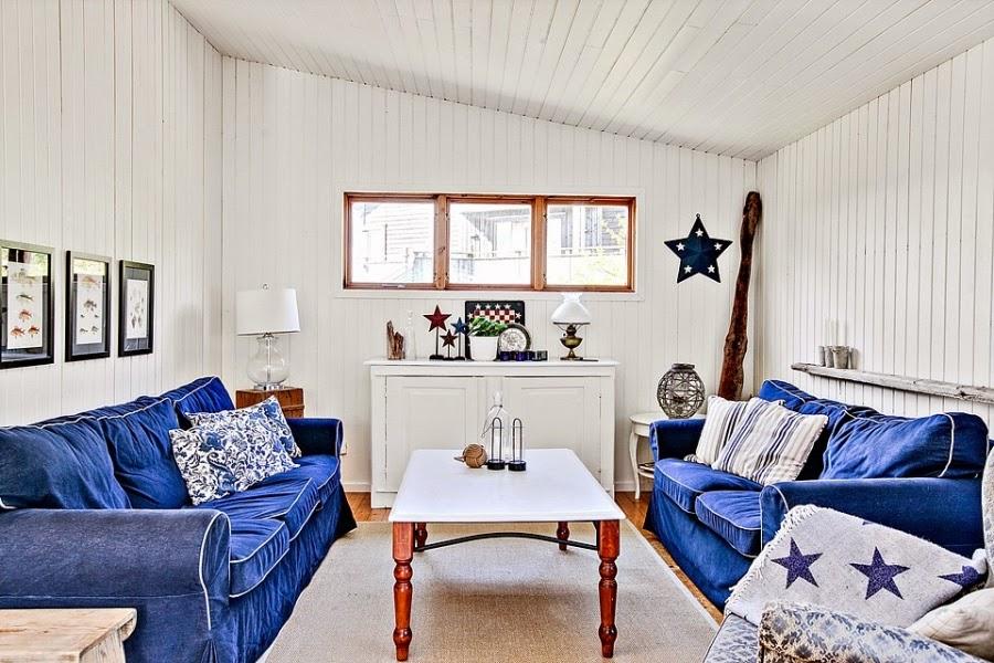 domek letniskowy, domek na wakacje, wakacyjny dom, białe wnętrza, gwiazda, gwiazdka, biała boazeria, wnętrza, pokój, kanapa, komoda, dekoracje,