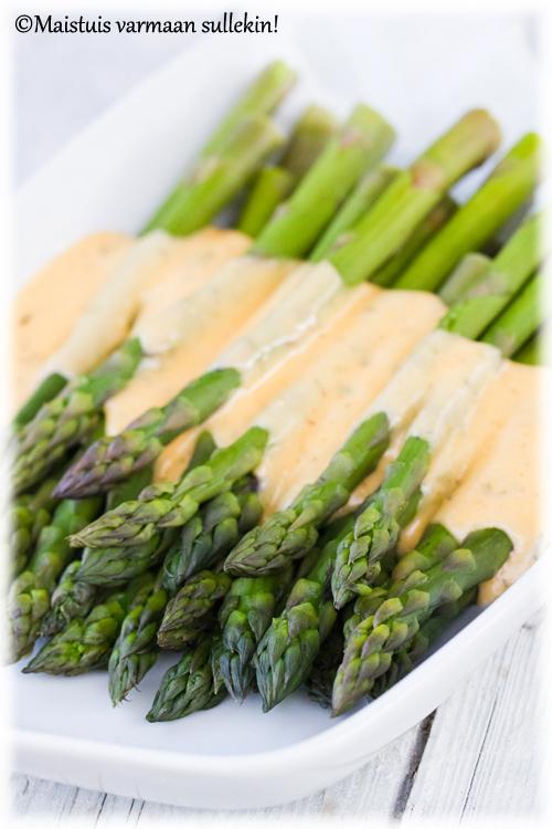Vihreä parsaa Bearnaise-kastikeessa