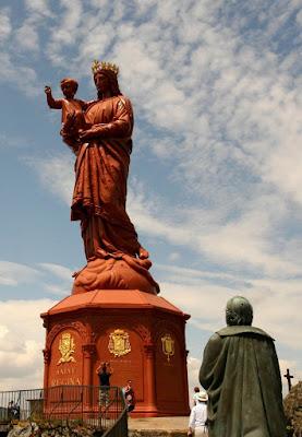 Het Statue Notre Dame de France met op de voorgrond het beeld van Auguste de Morlhon, de bedenker van het beeld.