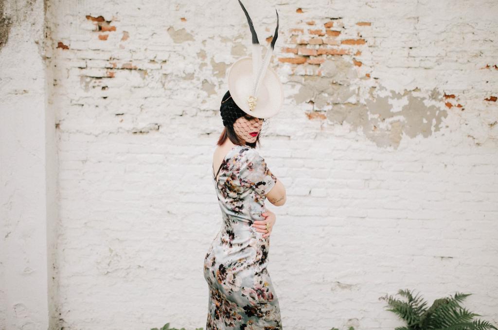 tocado invitada cherubina sevilla pamela boda blog atodoconfetti