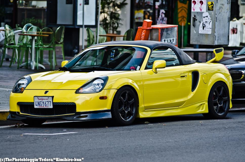 Toyota MR2, sportowy roadster z Japonii, MK3, przeróbki, mody, tuning, jak wygląda, żółta, spojler, gleba, niskie zawieszenie, przód, スポーツカー