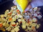 Fructe de mare cu cartofi natur preparare reteta - adaugam zeama de lamaie