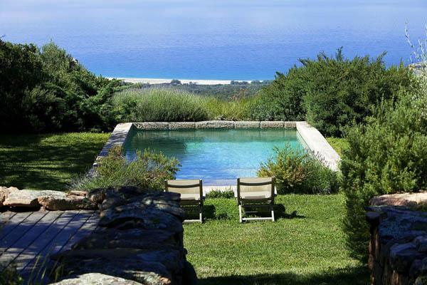 piscina de piedra con vistas al mar