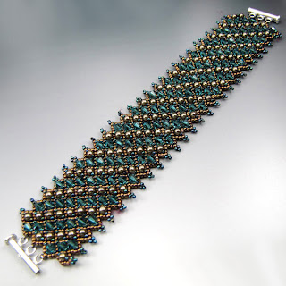 Net_weaving_bracelet_Blue_Swarovski_crystals_with_Glass_pearls