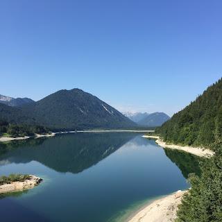 sylvenstein lac reflet montagne bretzel & cafe creme