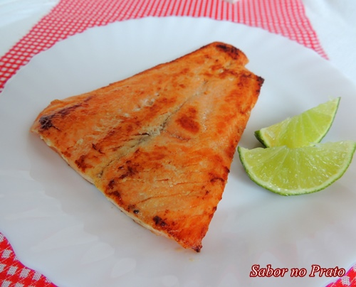 Sugestão deliciosa de salmão frito na manteiga com fotos do passo-a-passo.
