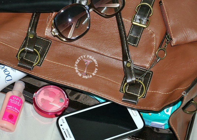 WHAT'S IN MY BAG,A SNEAK PEEK IN A MOM'S BAG