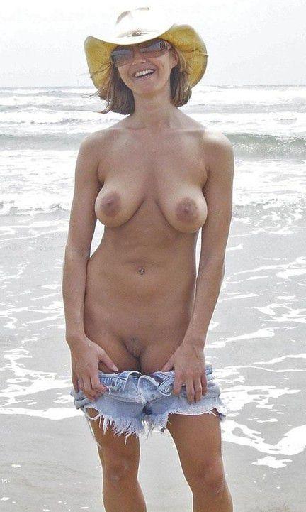 Nackt Bilder : Hängende Möpse nackt am FKK Strand   nackter arsch.com