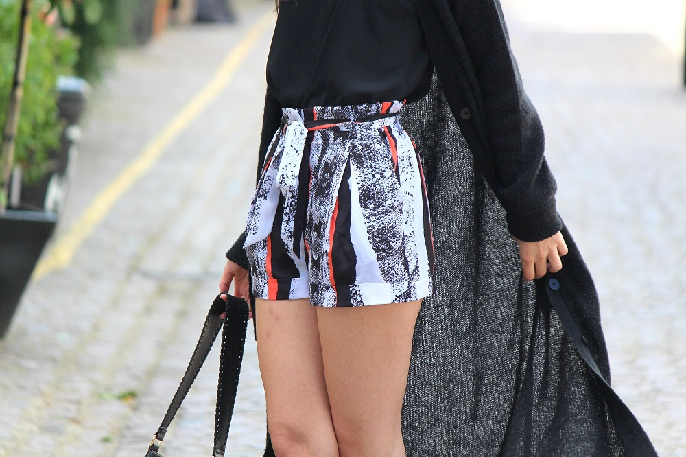 peexo fashion blogger in monochrome longline cardigan and reiss shorts