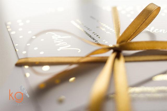 zimowe, płatki śniegu, śnieżynki, posrebrzane, pozłacane, srebrny, złoty, błyszczący, czarny papier, eleganckie, RSVP, artystyczne zaproszenia, śnieg, zima, wstążka, zaproszenia ślubne na zimowy ślub, zimowe zaproszenia ślubne, czarny papier, granatowy papier, efekt posrebrzania, pozłacania, eleganckie złote zaproszenia, kolor roku 2015 marsala i złoto, złote śluby, zaproszenia oryginalne i nietypowe, artystyczne zaproszenia ślubne, wiązane wstązką, recznie robione, duże karty, osobne karty wiązane wstążką, zaproszenie na ślub w zimie, wyjątkowe zaproszenia, kg design,