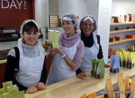 Bruselas con amigas, participando en un taller de chocolate