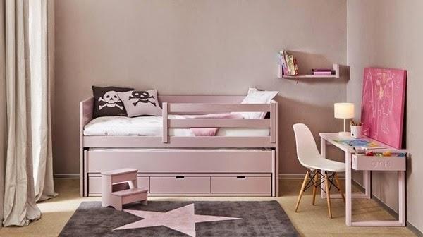 dormitorio infantil con cama rosa y mesa