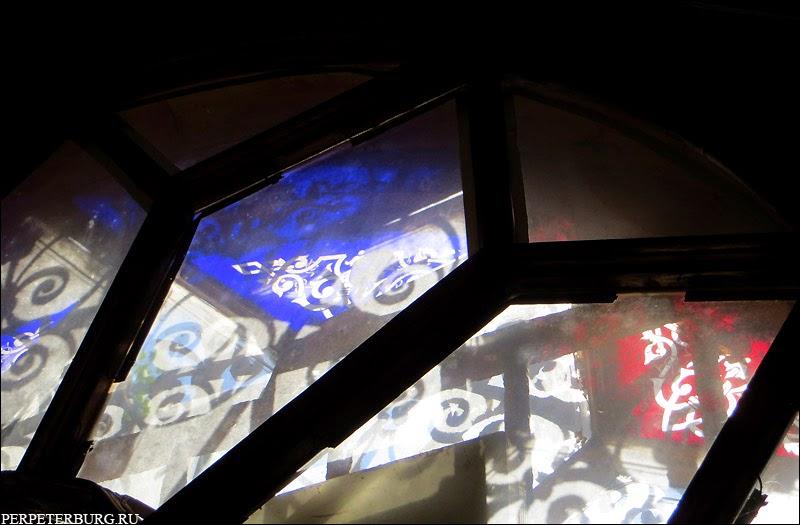 Как выглядит внутри дача Громова в Лопухинском саду Петербурга витражи цветные стекла