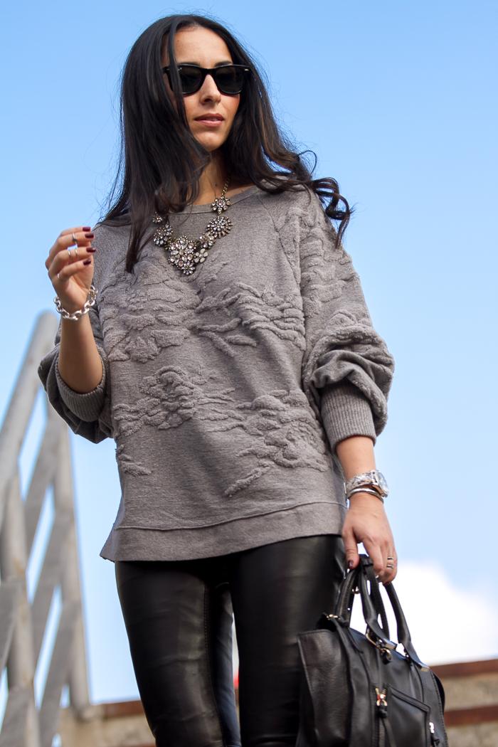 Blogger moda y belleza valenciana estilo rock macarra con maxi sudadera en relieve de Zara y Reloj modelo W0023L3 de GUESS Watches