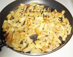 Как только картошка легко протыкается,значит она готова.