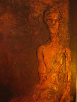 luz crepuscular baña el torso