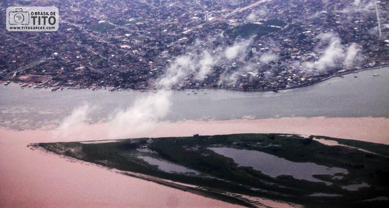 Vista aérea do encontro das águas dos rios Amazonas e Tapajós, em Santarém, no Pará