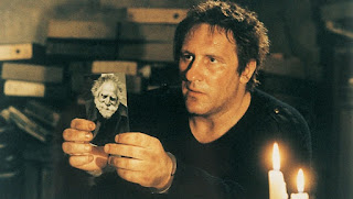 Gérard Depardieu as writer Onoff, showing his mentor's picture, A Pure Formality (1994) aka Una pura formalità, Directed by Giuseppe Tornatore