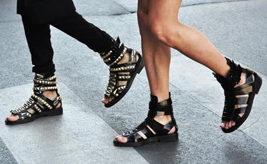0a017eabeb Estamos no verão e usar sandálias é uma necessidade de todos!  Principalmente as gladiadoras. É difícil abandonar o preconceito e não  associar esse calçado ...