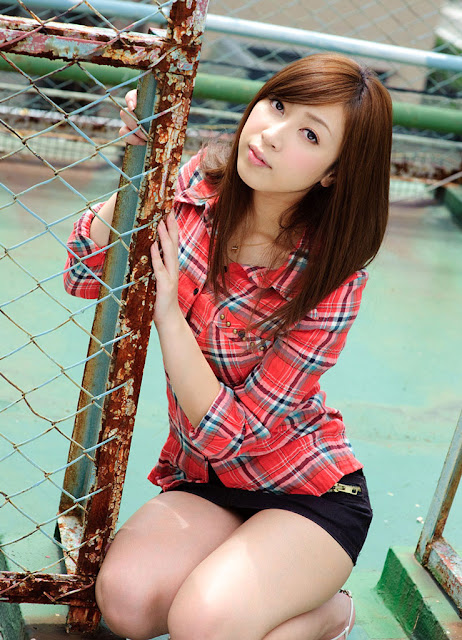 Seksinya Bintang Bokep Kaori Sakura dengan Denim Merah
