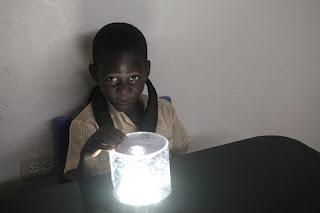 Linternas Solares, Soluciones Sostenibles para Abastecer de Luz a Sectores en Dificultad