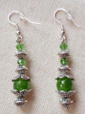 Pendientes artesanales elaborados en cristal y abalorios plateados