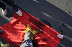 Đạp cờ mác VC ở Paris