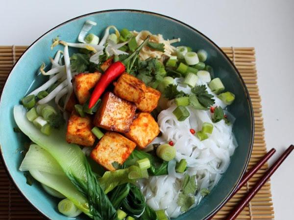 Buntes Soulfood - Reisnudelsuppe mit knusprigem Tofu