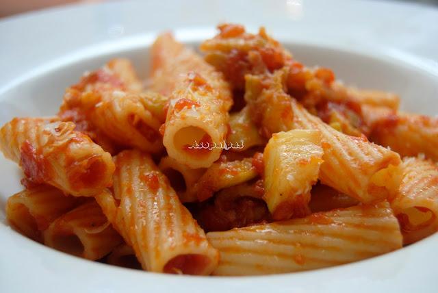 Pasta con salsa de tomate casera, calabacines, ajo y queso rallado