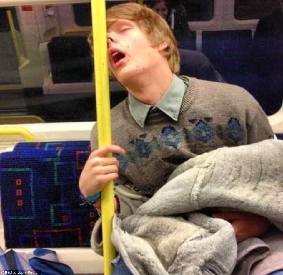 وضعية نوم غريبة يسند رأسه بعمود