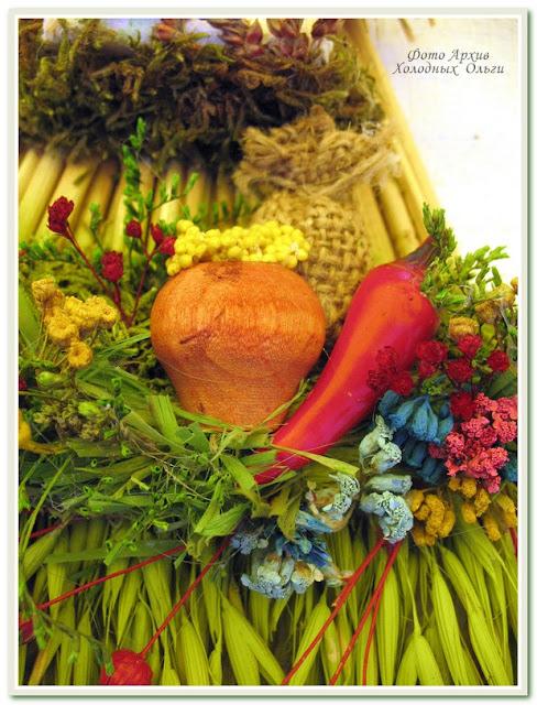 Она сама заготавливает травы, окрашивает их и по собственной технологии создает шедевры в этно стиле.