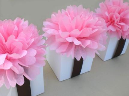 Decoracion con pompones y pomas de flores y papel seda auto design