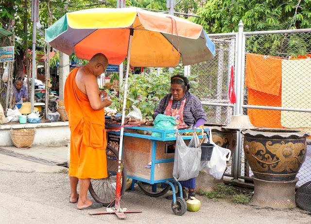 Moine commandant à manger près du temple.