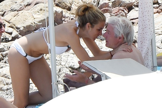 Richard Gere takes advantage of Italian beach next to girlfriend of 32 years