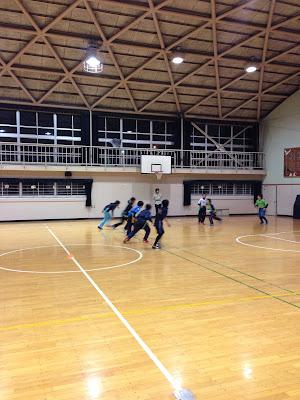 体育館でのタグラグビーディフェンス強化練習